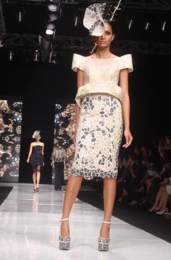 Rekonstruksi feminitas dalam garis rancang tegas, me love it!. Model: Adivina Ratnaningsih.
