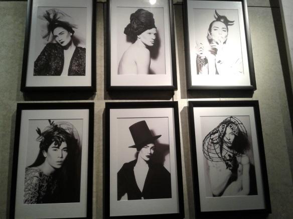 Sebagian foto berbingkai hitam karya Advan.