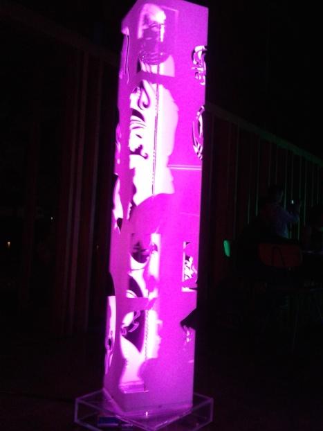 Kotak lampu, yang ini cahaya warna merah muda, terukir figure wajah wanita.