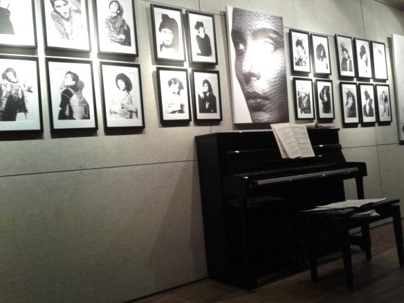 """Titik pertama pameran """"A Study of Light"""", koleksi foto hitam putih yang dicetak di atas kanvas karya Advan Matthew."""