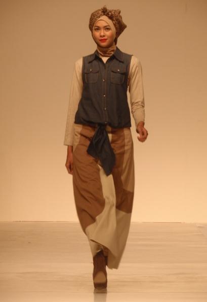 Bahan denim jadi salah satu padupadan blus dan rok berwarna tanah. Model: Bunga Jelita