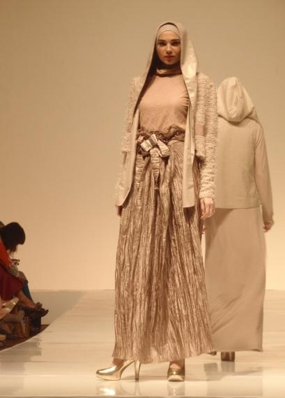 Tampilan busana Muslim yang elegan, glamor dan stylish dari sekuens empat.
