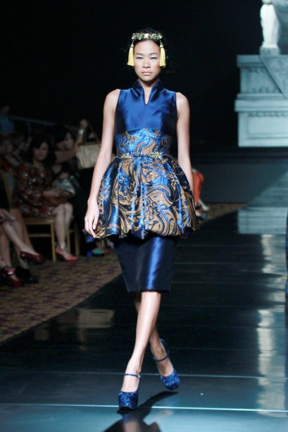 """La Route De La Soie"" oleh Sebastian Gunawan. Gaun biru metalik mewah nan memukau. Model: Drina Ciputra"