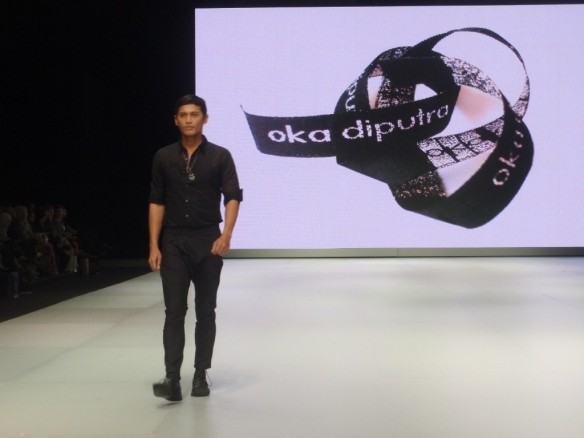 Pilihan warna monokromatik koleksi Oka Diputra di IFW 2013. Model: Andaka Dewangga