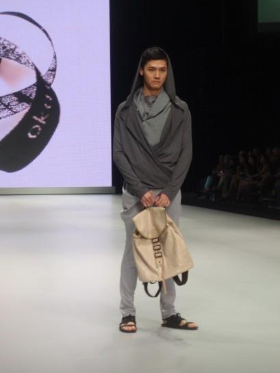 Hoodie deep V neck jadi bagian dari koleksi Oka Ciputra di IFW 2013.