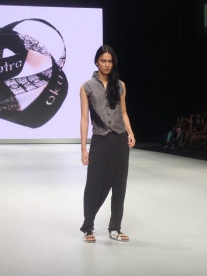 Detil print motif burung pada unsleeves shirt Oka Diputra di IFW 2013. Model: Darell Ferhostan