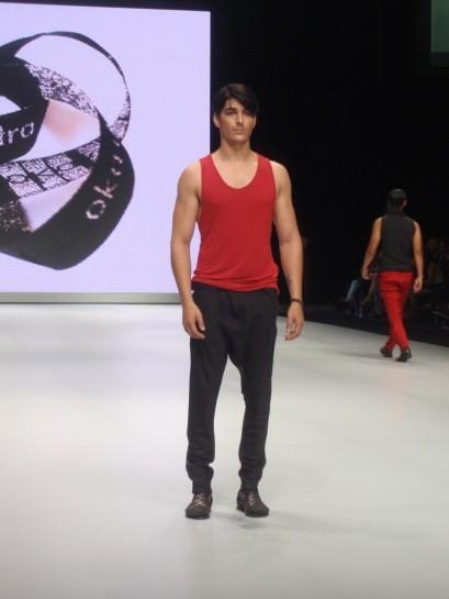 Siluet celana jodhpur dan tank top pria pada koleksi Oka Diputra di IFW 2013.