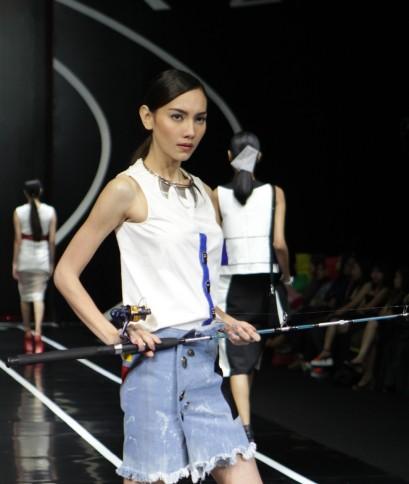Alat pancing yang digunakan sebagai pelengkap presentasi busana oleh model. Model: Mareike Brenda