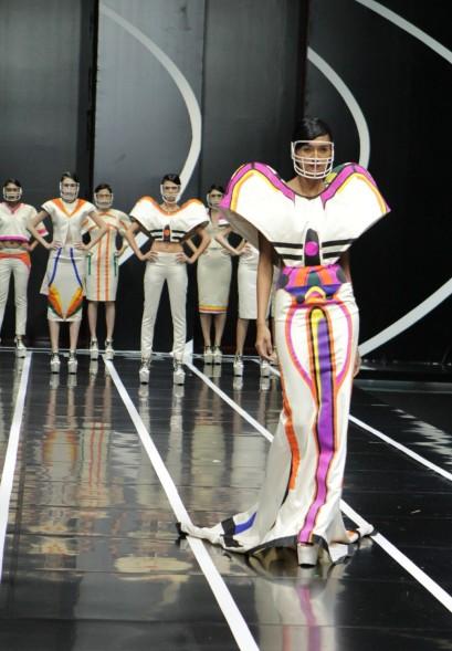 Struktur konstruktif pada bahu yang merupakan ciri khas dari pakaian cabang olahraga American Football. Model: Laura Muljadi
