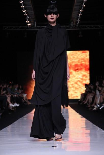 """Busana bersiluet flare dengan detil draperi pada """"My Name is Andromeda"""" oleh Oscar Lawalata. Model: Renata"""