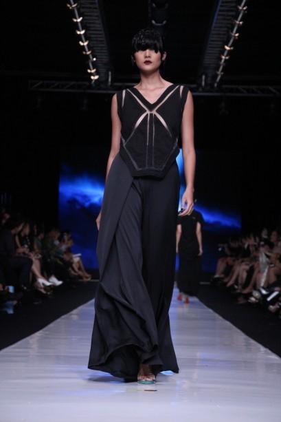 "Atasan bergaris rancang tegas dipadu celana kulot dari sutra hitam pada ""My Name is Andromeda"" oleh Oscar Lawalata. Model: Dominique Diyose"