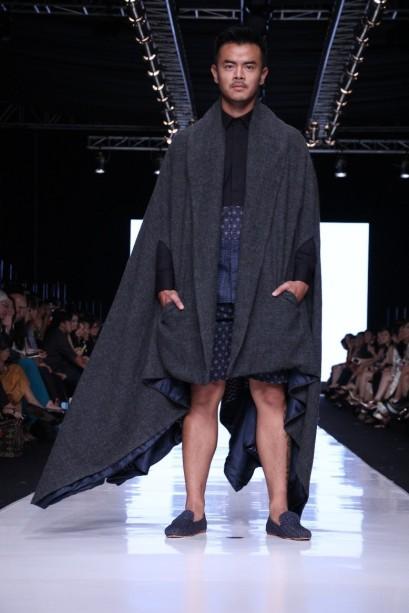 Luaran berupa jubah panjang dalam koleksi Men's Wear Populo Batik untuk Dewi Fashion Knights. Model: Dion Wiyoko