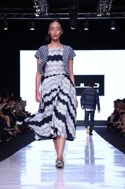 Gaun batik kontemporer yang terlihat santai nan kasual oleh Populo Batik untuk Dewi Fashion Knights. Model: Kusuma Wardhany