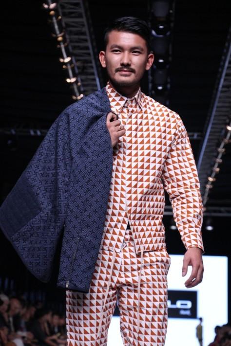 Koleksi busana pria bergaya kasual dari Populo Batik dengan motif batik kontemporer 'Slobok'