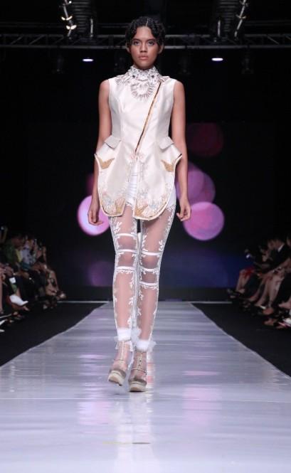 Padupadan busana berpotongan tegas dan material transparan pada koleksi Toton Januar untuk Dewi Fashion Knights. Model: Michelle Agnes