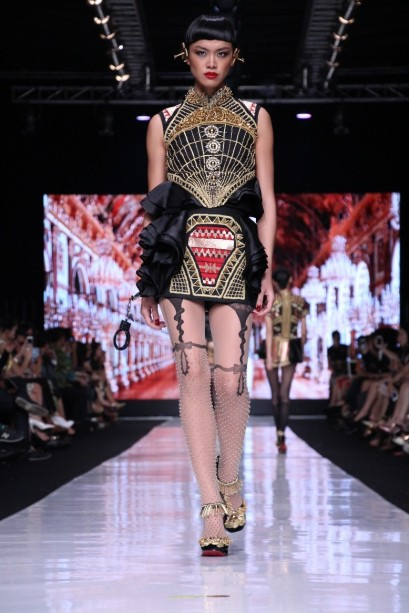 """Gaun beraksen ruffles yang terinspirasi oleh Marie Antoinette pada koleksi """"Galore"""" oleh Priyo Oktaviano. Model: Kelly Tandiono"""