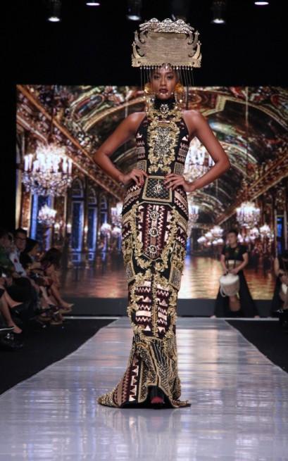 """Gaun pamungkas koleksi """"Galore"""" oleh Priyo Oktaviano untuk Dewi Fashion Knight. Model: Kimmy Jayanti"""