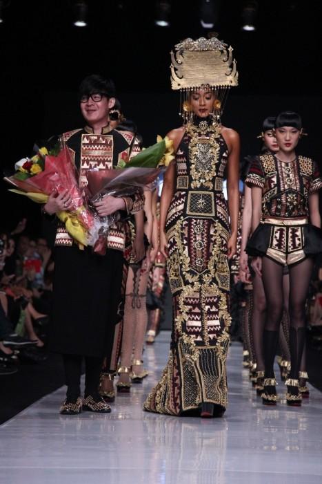 "Sang ksatria mode, Priyo Oktaviano bersama koleksinya ""Galore"" pada Dewi Fashion Knight"