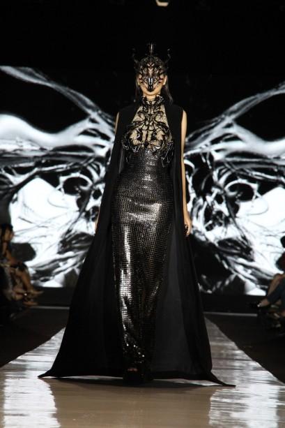"""Koleksi busana dengan dominasi warna hitam dan metalik yang dihadirkan Tex Saverio dalam """"Exoskeleton"""". Model: Christina Borries"""