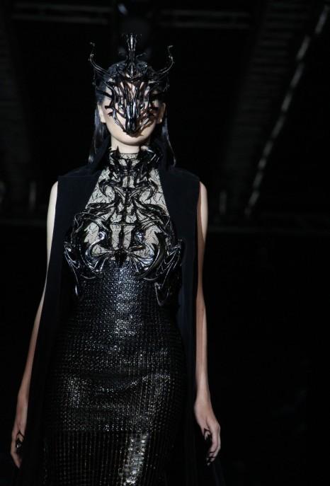 """Sosok """"dewi"""" dari masa depan yang dituangkan Tex pada busana yang mengaplikasikan teknik print 3D bertajuk """"Exoskeleton""""."""