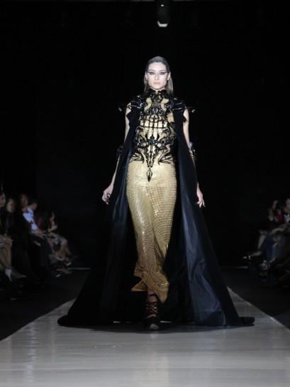 "Jubah hitam berbahan velvet semakin menguatkan kesan magis nan misterius dari interpretasi sosok ""dewi"" Tex Saverio. Model: Simona"